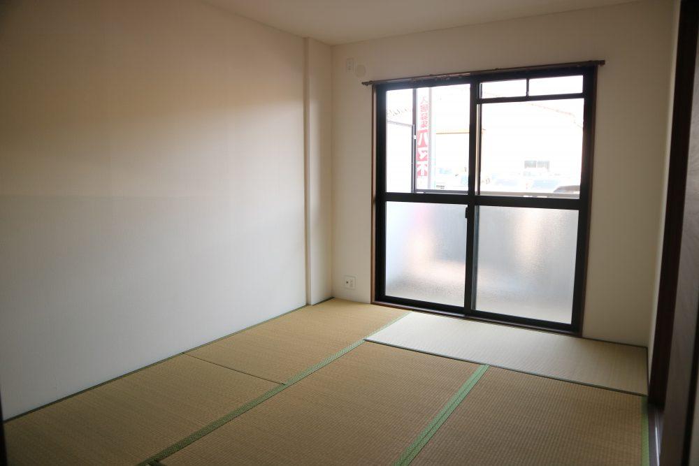 明るい和室。畳スペースでくつろげますね。