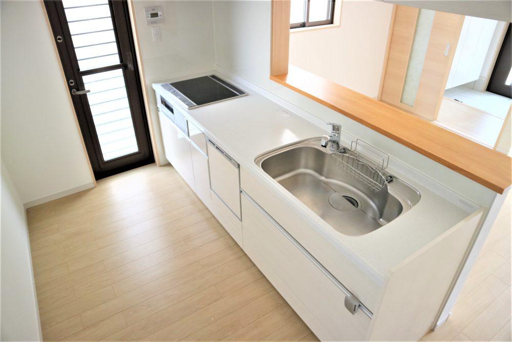 明るい白いキッチン