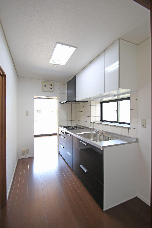 収納箇所たっぷり♪窓もあり手元が明るく、換気もバッチリです\(^o^)/