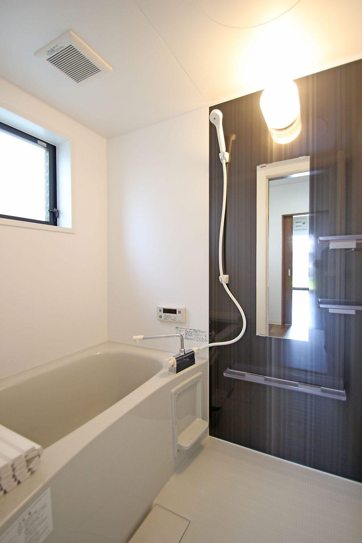 アクセントカラーがおしゃれな浴室で、ゆったりと1日の疲れがとれます。