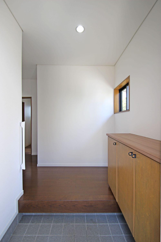 ナチュラルな色合いが落ち着く玄関。毎日ご家族が気持ちよく使っていただけます。