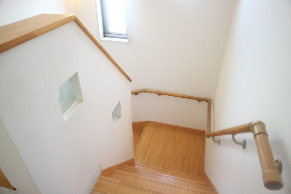 明るい階段、手すりもありますよ