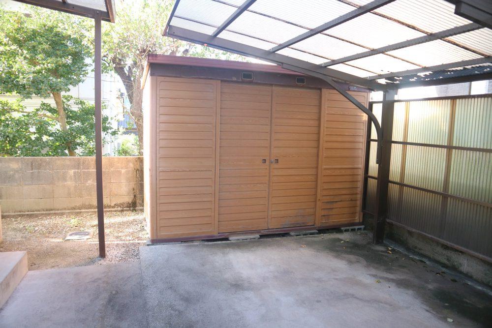 駐車スペース奥に倉庫あり、外の物はこちらに収納できます♪