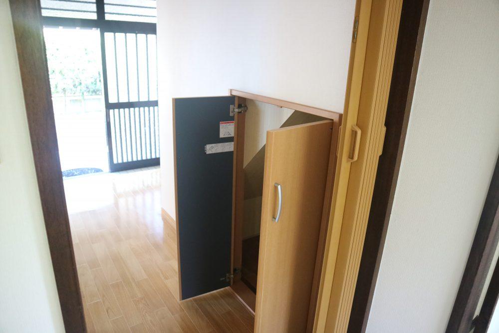玄関近く、階段下収納では掃除機など掃除用具などに最適♪