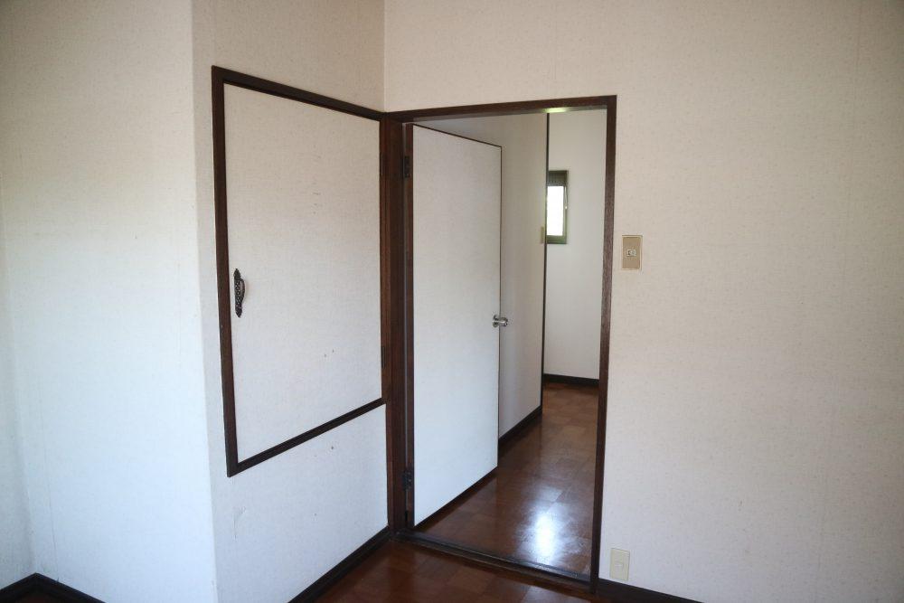 白と茶色の落ち着いた室内。