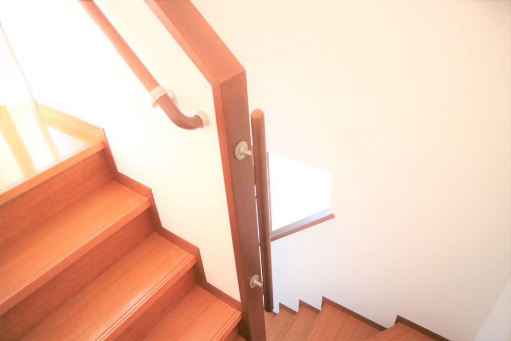 階段には安心の手すり付き