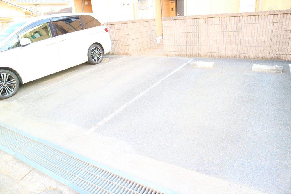 陽当り良好、駐車スペース2台付。