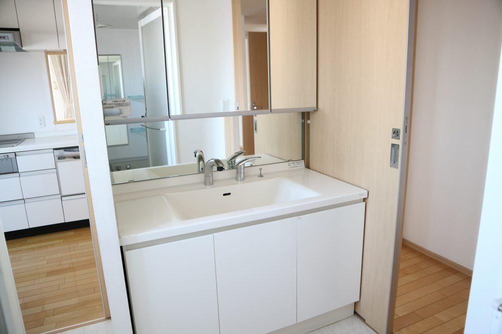 広々洗面台、鏡も広く朝の身支度もここで完ぺき♪