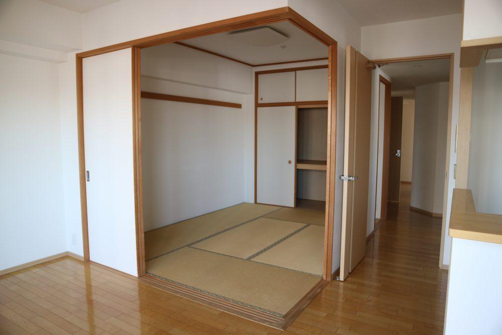 リビング横には和室あり、ゆったりしたい時は、ここでごろ寝もできますね(^^)/