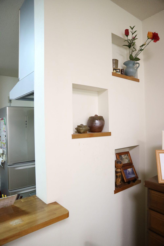 リビングには写真などを飾れる棚があり、おしゃれです(^^)/