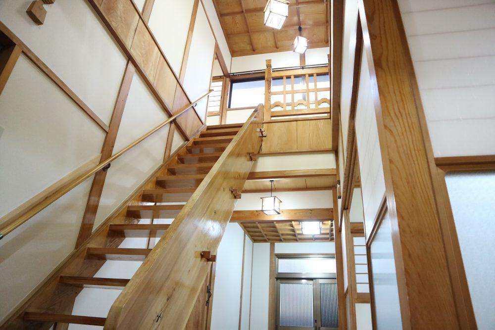 吹き抜けが気持ちの良い階段スペース