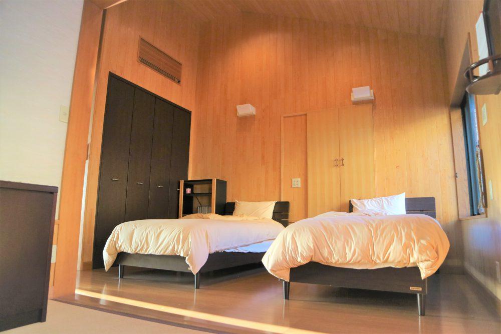 主寝室は、ベッドを置いても広々空間☆収納もあります♪