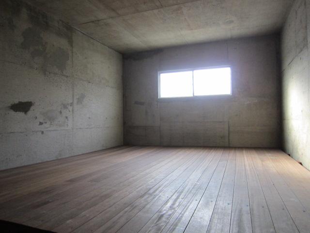 地下にある荷物置き場です。とても広いです。1つのお部屋です。