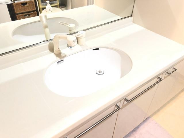 広々洗面台では、収納もありますので洗面台スッキリ使っていただけます。
