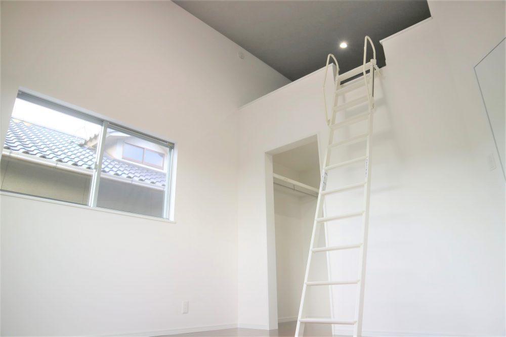 2階洋室・ロフト:ウォークインクローゼット、ロフト付きで収納には困りません(*^-^*)