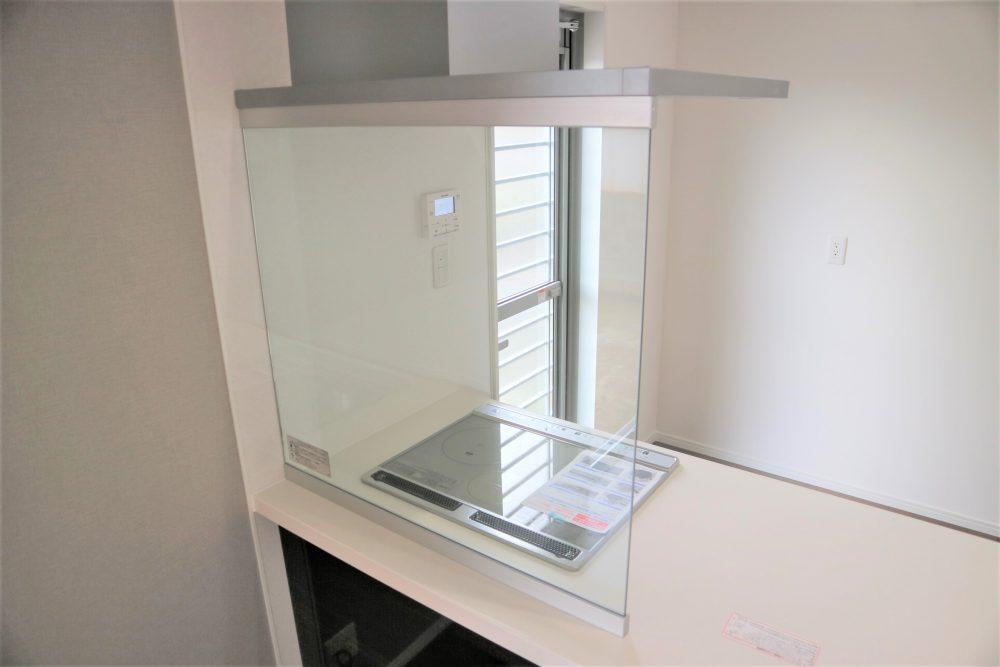 キッチン:ガラスパネルで広く感じられます♪