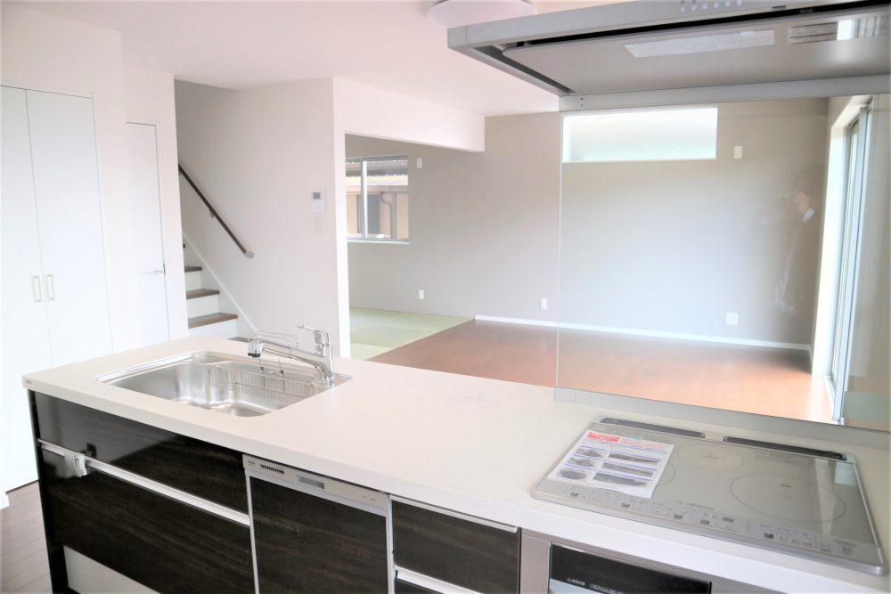 キッチン・リビング:オープンキッチンからは、お子様を見ながら家事ができます(^^)/