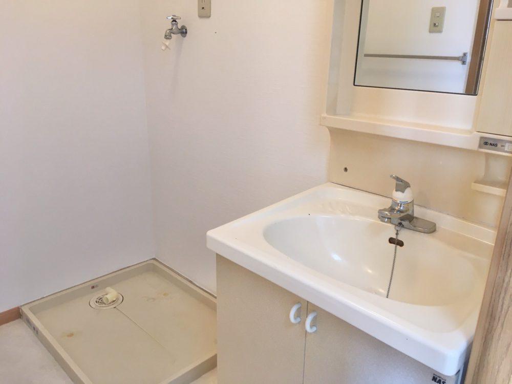 ピカピカ洗面室に、室内洗濯機置き場です!