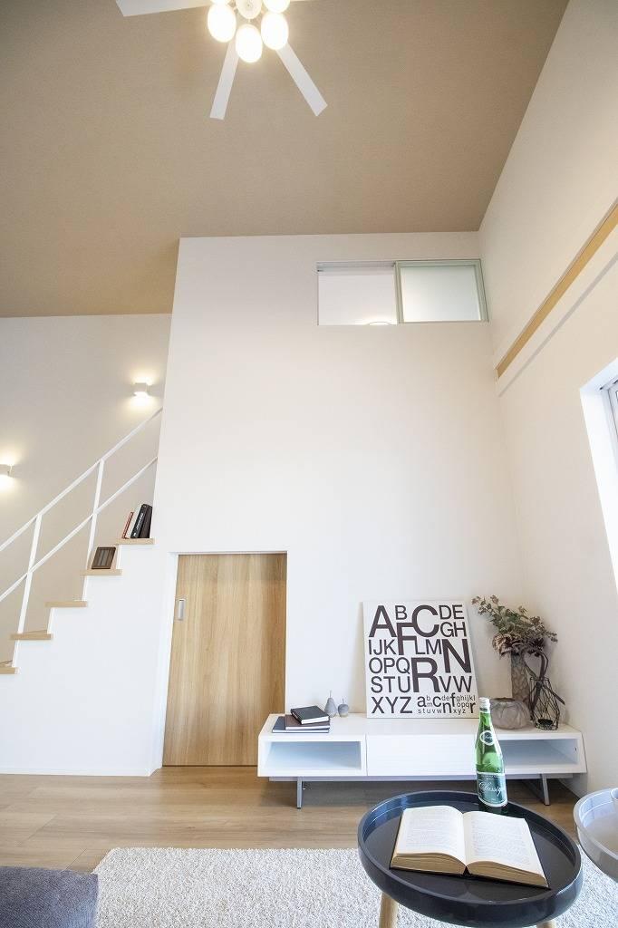 柔らかな色合いのフローリングと清潔感のあふれる白のクロスが明るい空間を創り出しているリビングダイニング。