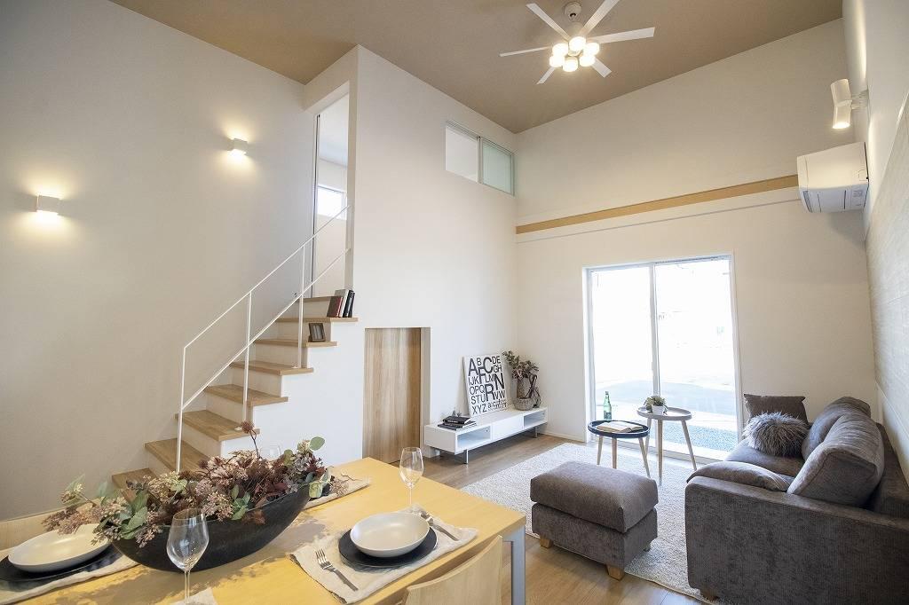 室内には豊かな陽光が注ぎ込み、爽やかな住空間を演出。ホームパーティーでもゲストと一緒に料理を楽しみながら楽しい時間を過ごせそう。