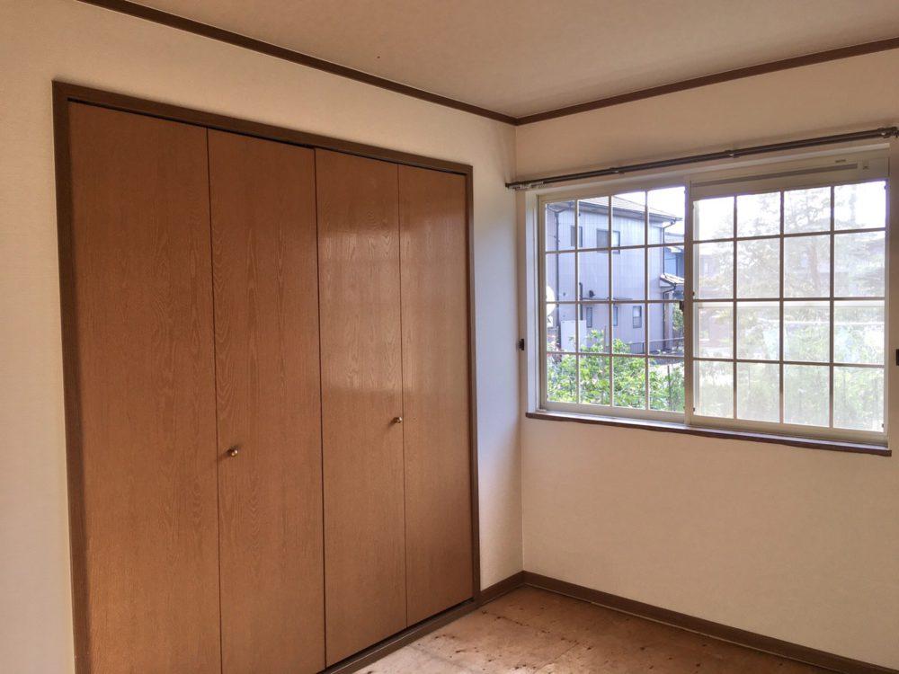クローゼット収納たっぷり完備!高い場所に窓がありますので、お子様が小さくても安心です♪