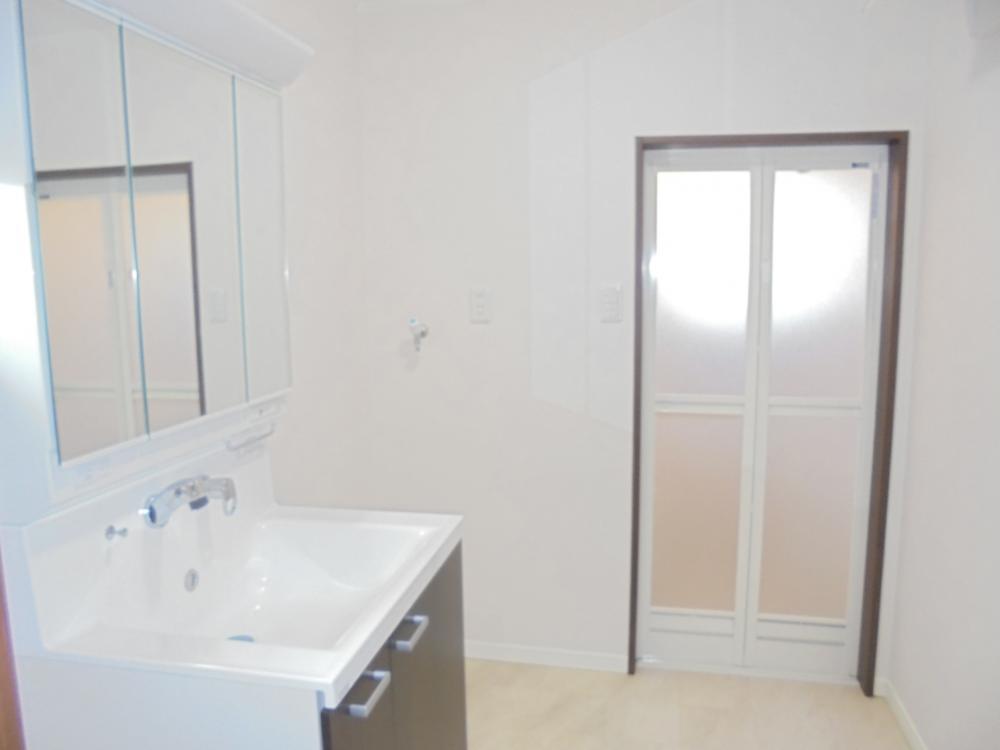 洗面室:三面鏡の裏が収納になっておりますので、すっきりと洗面を使用できます。