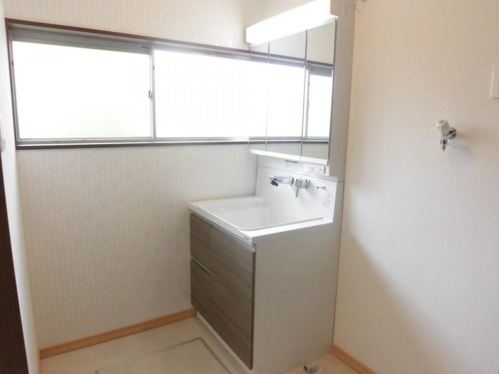 洗面室:三面鏡付きの洗面台です。