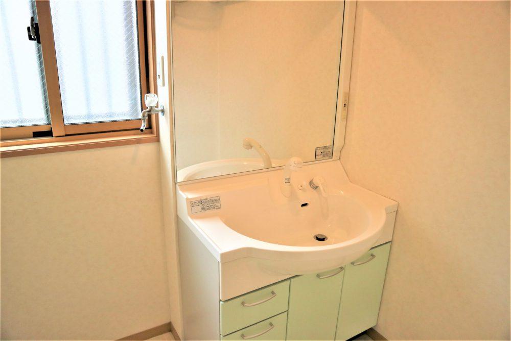 洗面室:独立洗面室。鏡が大きいのも、とても嬉しいポイントですね♪