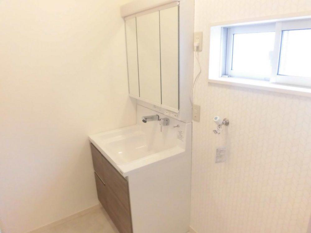 洗面室:3面鏡あり、収納力もあり、すっきりしています!