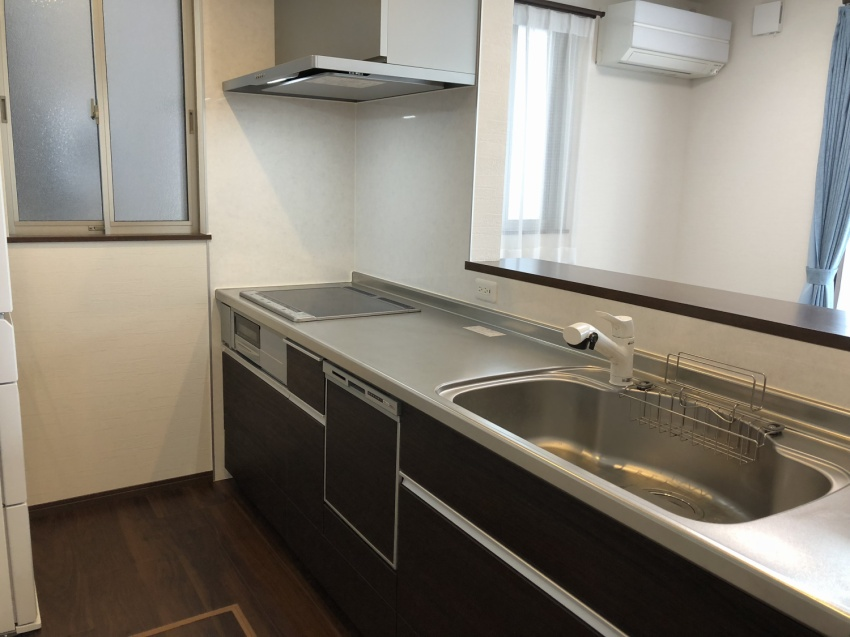 キッチンには食器洗浄乾燥機がついており、家事の負担を軽減します。
