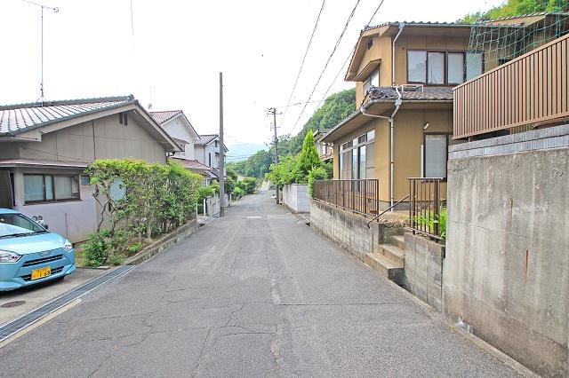 前面道路は約5mあり、離合も可能です。