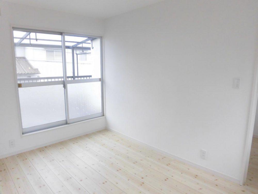 洋室:白を基調にした室内では、清潔感にあふれています♪