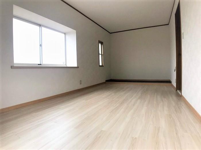 2階洋室:白を基調とした清潔感のある室内。