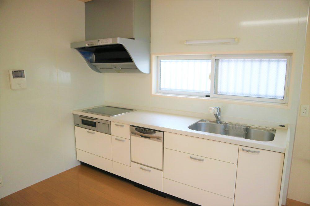 キッチン:IHシステムキッチン付き♪窓もあり、明るく気持ちよく家事ができますよ(^^)/