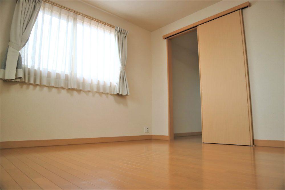 洋室:洋室2階約8帖、奥にはタンス収納が出来る箇所があり、たっぷりと収納して頂けます(*^-^*)