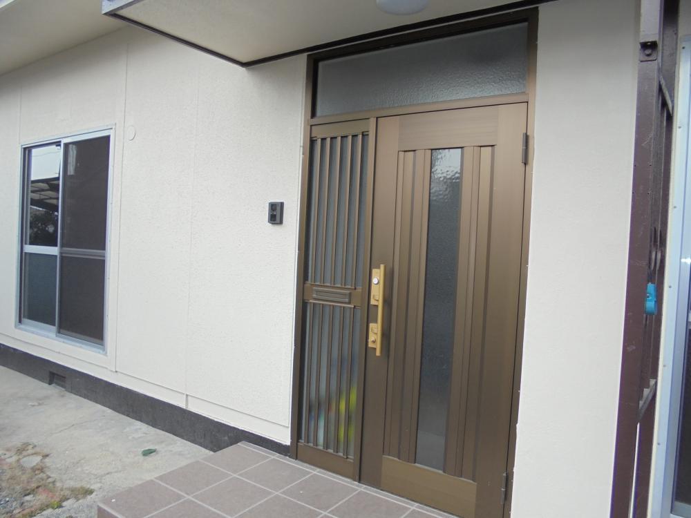 玄関:玄関扉新品です♪