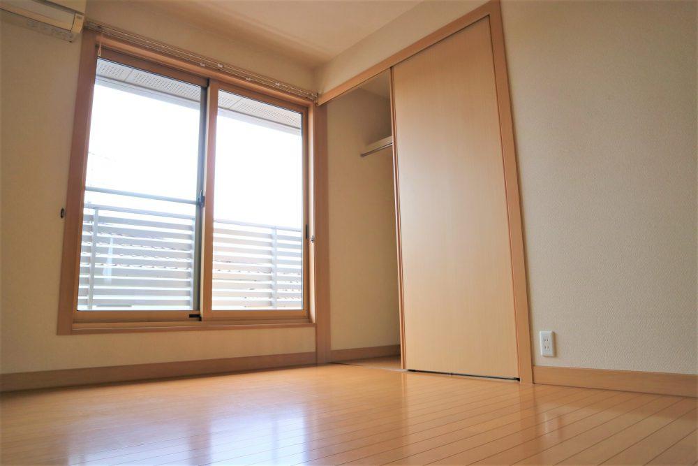 洋室:2階約6帖の洋室、クローゼット付き!