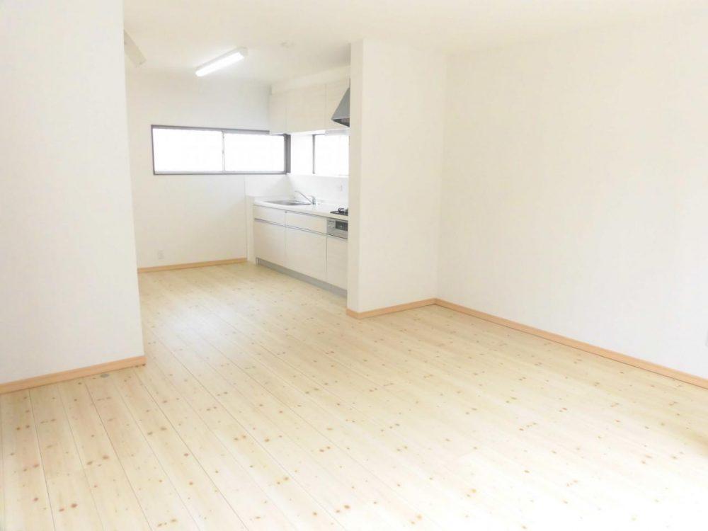 リビング:白が基調で明るい雰囲気の室内。家族だんらんが楽しめます☆