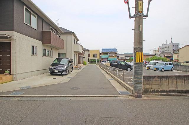駐車は2台可能。前面道路は私道のため、お子様も安心。