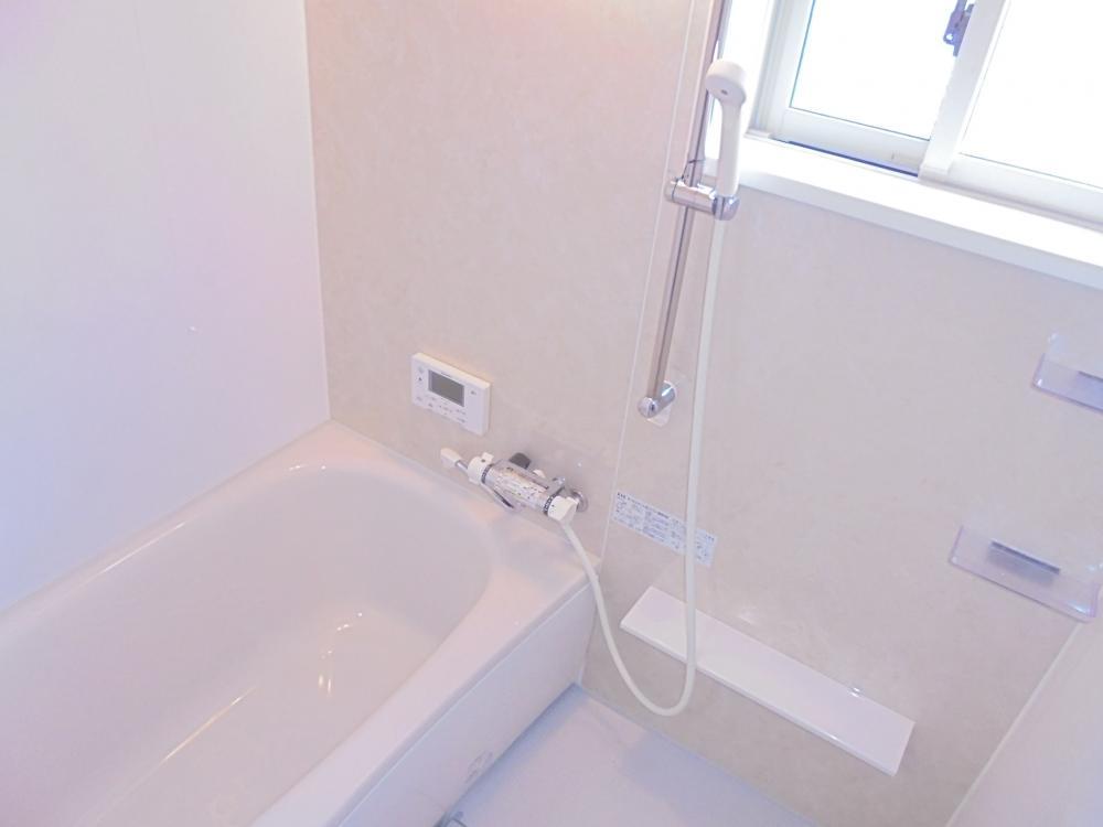 浴室:シャワーはスライドバーで高さ調整ができます。節水もできて経済的です。