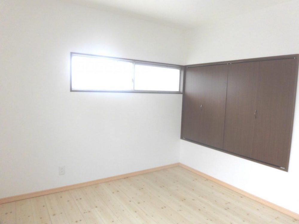 洋室:階段上の収納もありますので、収納には困りません。
