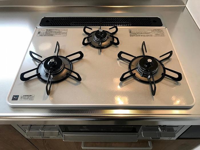 キッチン設備:3口コンロあり、毎日の調理に役立ちます!