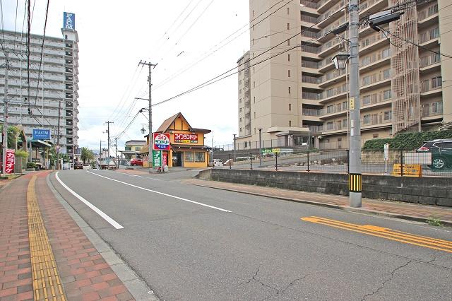 見通しよく、車の出入りもしやすい場所です。スーパー近くにありますので、自転車でお買い物にも行けます(*^-^*)
