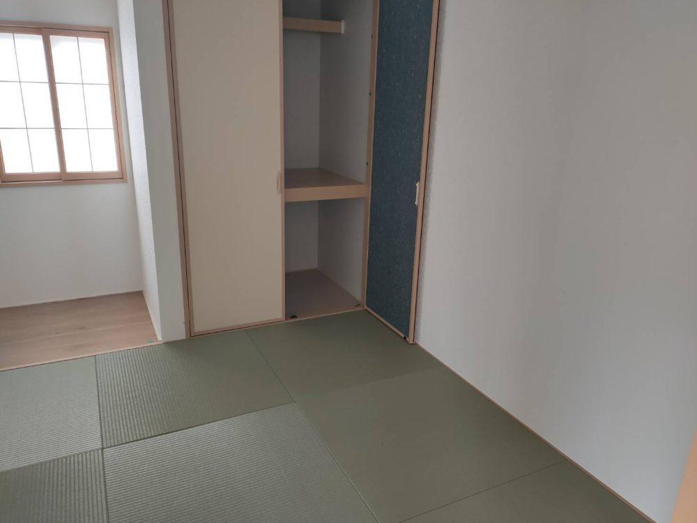 琉球畳を使った和室です。来客時やお子様の遊ぶスペースにと、何かと使えるスペースです(^^)