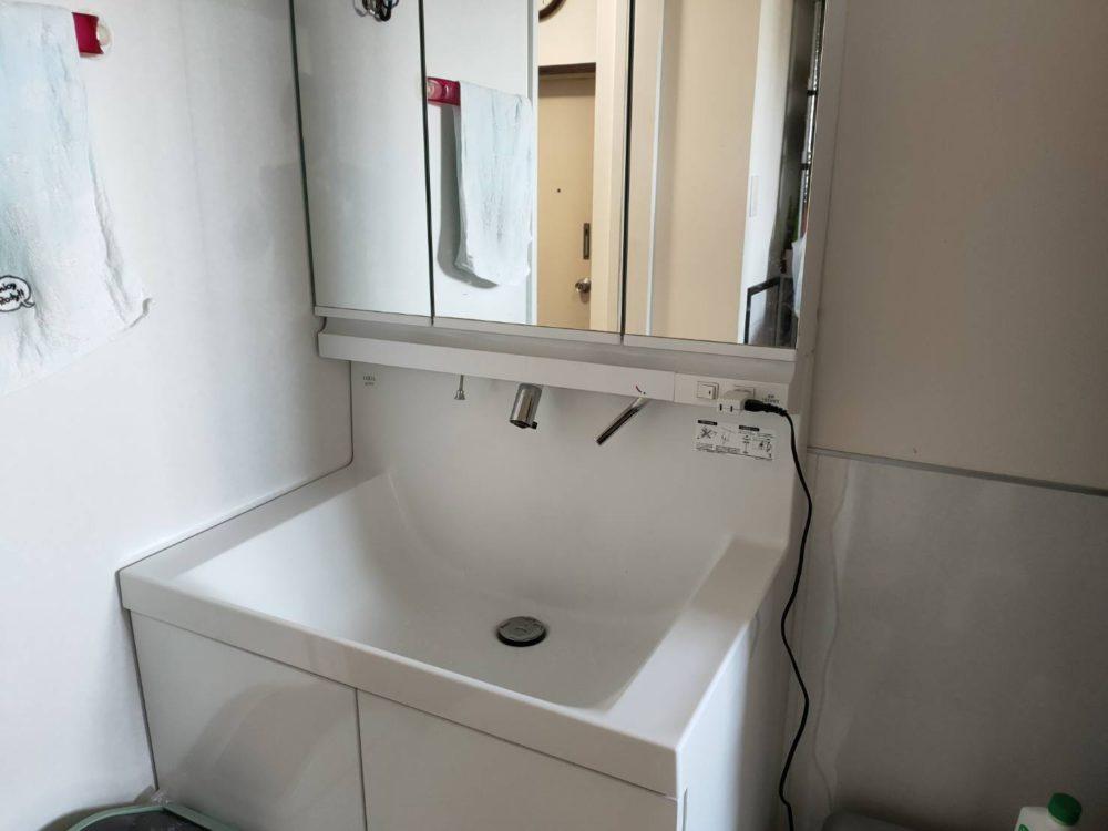 三面鏡付き、とても使いやすい洗面台です。