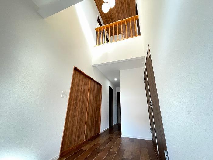 玄関は吹き抜け使用。天井高く、とても開放感があります♪