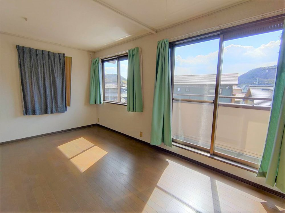 陽当たりの良い2階洋室です。窓多くとても気持ち良いです(^^)/