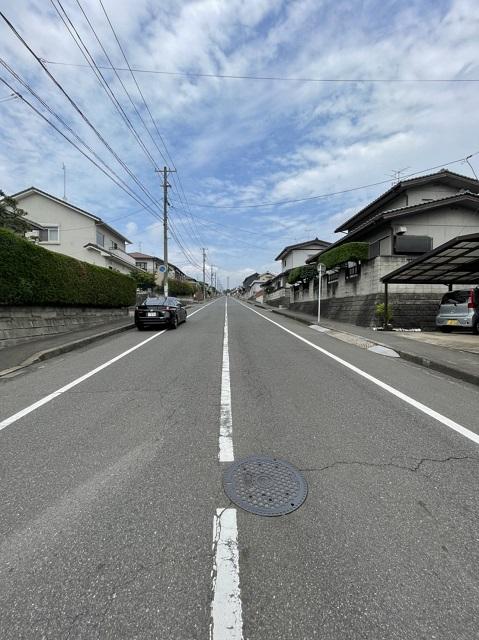 前面道路は広く、離合も楽々できます。