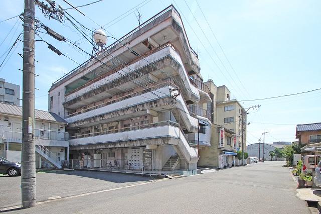 白い外観が特徴的なマンションです。