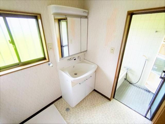 三面鏡の化粧台は大変便利です。洗濯機を置いても広々と使える脱衣所は重宝します。